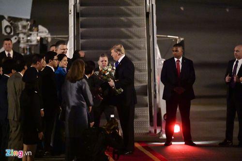 Những hình ảnh đầu tiên của Tổng thống Trump tại sân bay Nội Bài  - Ảnh 2