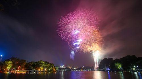 Chiêm ngưỡng những màn bắn pháo hoa đẹp mắt mừng xuân Kỷ Hợi 2019 - Ảnh 7