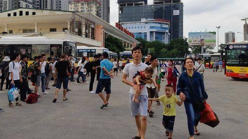 Sau nghỉ Tết, người dân ùn ùn đổ về Hà Nội, các cửa ngõ Thủ đô   kẹt cứng - Ảnh 1