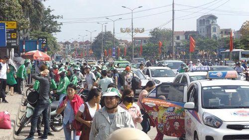Sau nghỉ Tết, người dân ùn ùn đổ về Hà Nội, các cửa ngõ Thủ đô   kẹt cứng - Ảnh 6