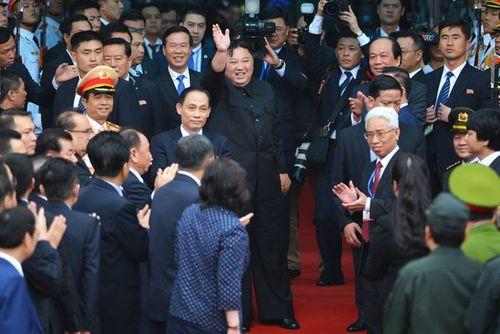 Video: Chủ tịch Kim Jong-un vẫy tay, cười rạng rỡ tạm biệt người dân Việt Nam - Ảnh 2