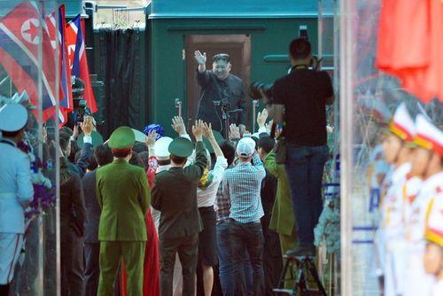 Video: Chủ tịch Kim Jong-un vẫy tay, cười rạng rỡ tạm biệt người dân Việt Nam - Ảnh 3