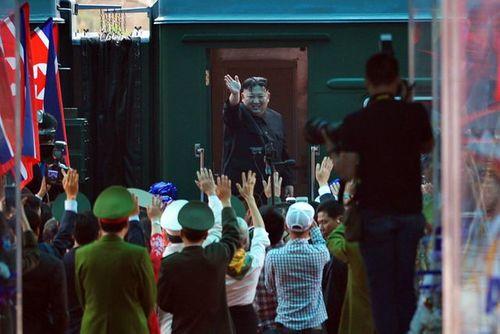 Video: Chủ tịch Kim Jong-un vẫy tay, cười rạng rỡ tạm biệt người dân Việt Nam - Ảnh 4