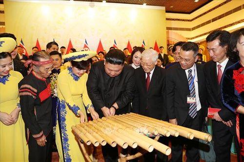 Chủ tịch Triều Tiên Kim Jong-un chơi thử nhạc cụ dân tộc Việt Nam - Ảnh 1
