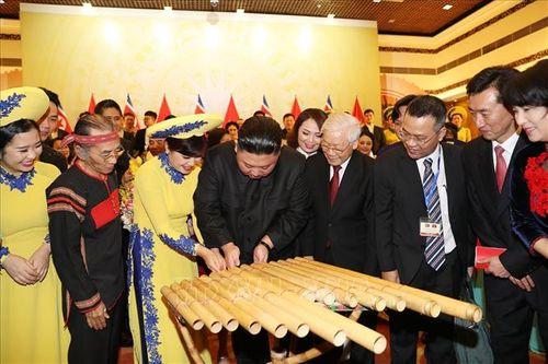 Chủ tịch Triều Tiên Kim Jong-un chơi thử nhạc cụ dân tộc Việt Nam - Ảnh 4