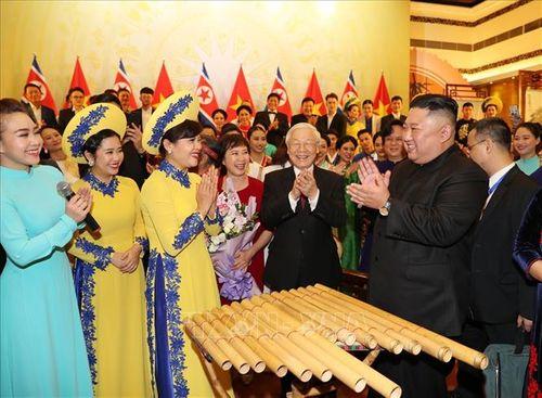 Chủ tịch Triều Tiên Kim Jong-un chơi thử nhạc cụ dân tộc Việt Nam - Ảnh 6