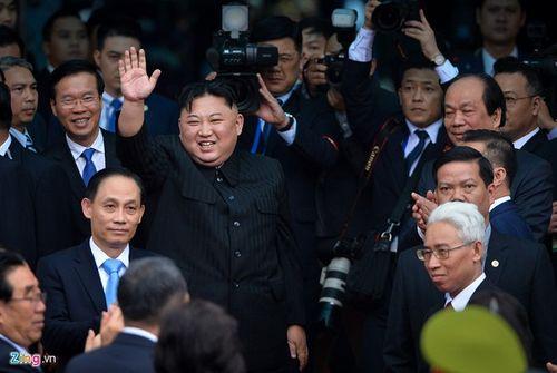 Video: Chủ tịch Kim Jong-un vẫy tay, cười rạng rỡ tạm biệt người dân Việt Nam - Ảnh 1