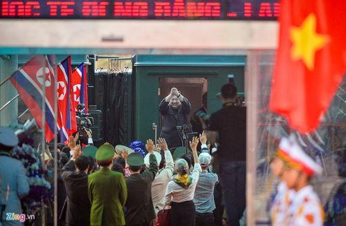 Video: Chủ tịch Kim Jong-un vẫy tay, cười rạng rỡ tạm biệt người dân Việt Nam - Ảnh 6