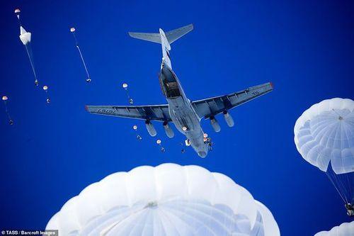 Cận cảnh hơn 1000 binh sĩ Nga nhảy dù, tập trận rầm rộ chống khủng bố - Ảnh 2