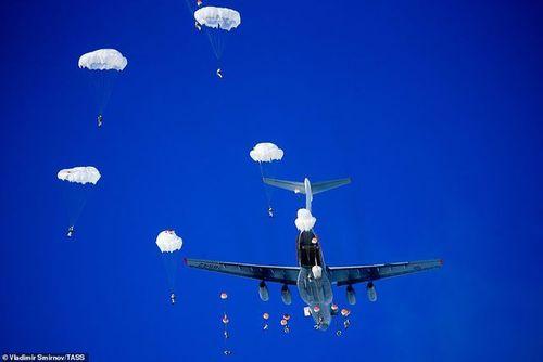Cận cảnh hơn 1000 binh sĩ Nga nhảy dù, tập trận rầm rộ chống khủng bố - Ảnh 3