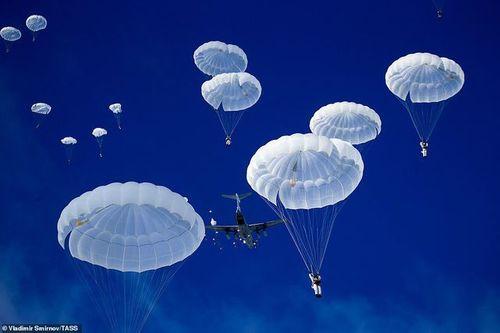 Cận cảnh hơn 1000 binh sĩ Nga nhảy dù, tập trận rầm rộ chống khủng bố - Ảnh 4