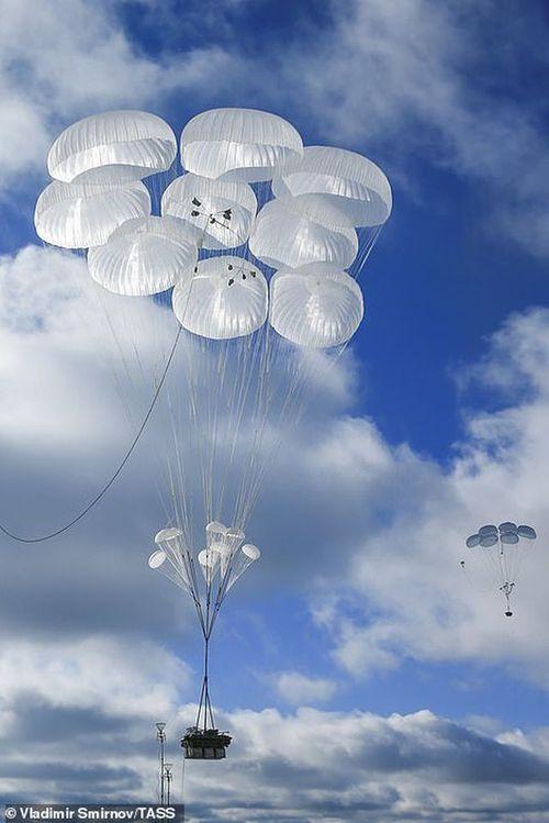 Cận cảnh hơn 1000 binh sĩ Nga nhảy dù, tập trận rầm rộ chống khủng bố - Ảnh 7