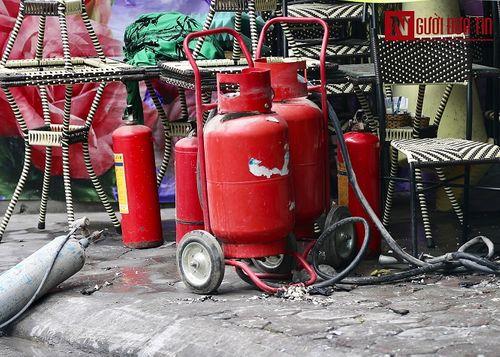 Hà Nội: Quán cafe karaoke bất ngờ cháy dữ dội, 2 người thương vong - Ảnh 4