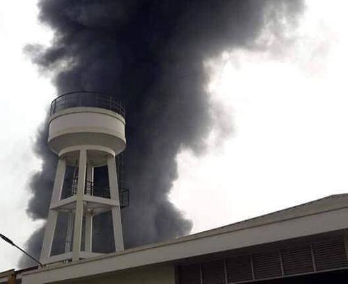 Bình Dương: Hai đám cháy lớn xảy ra liên tiếp, xe cứu hỏa gặp nạn - Ảnh 1