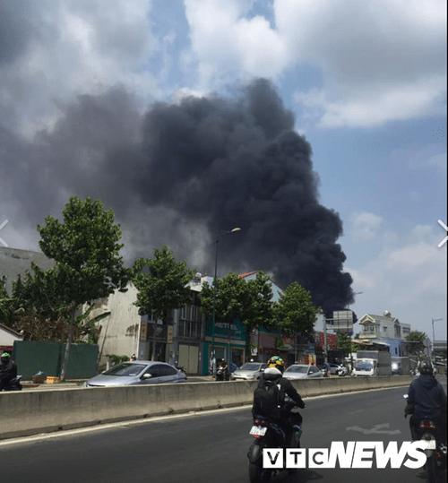Bình Dương: Hai đám cháy lớn xảy ra liên tiếp, xe cứu hỏa gặp nạn - Ảnh 3
