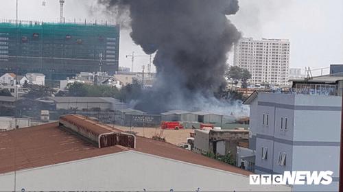 Bình Dương: Hai đám cháy lớn xảy ra liên tiếp, xe cứu hỏa gặp nạn - Ảnh 4