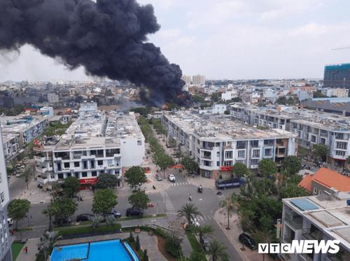 Bình Dương: Hai đám cháy lớn xảy ra liên tiếp, xe cứu hỏa gặp nạn - Ảnh 2