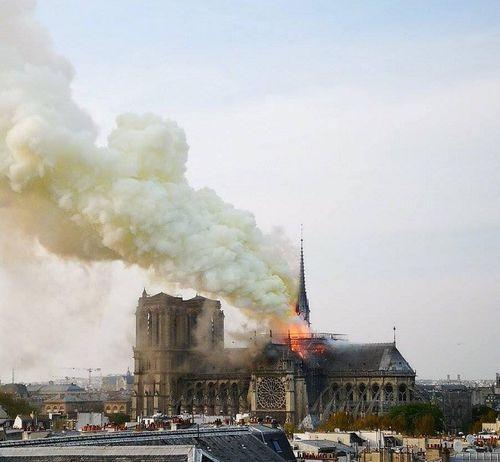Hiện trường vụ cháy Nhà thờ Đức Bà Paris: Lửa bùng lên dữ dội, đỉnh tháp 850 năm tuổi sụp đổ - Ảnh 2