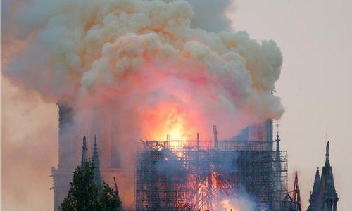 Hiện trường vụ cháy Nhà thờ Đức Bà Paris: Lửa bùng lên dữ dội, đỉnh tháp 850 năm tuổi sụp đổ - Ảnh 6