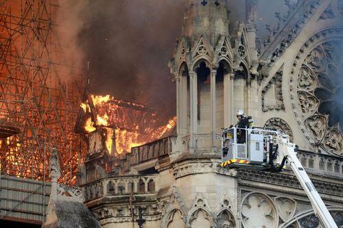 Hiện trường vụ cháy Nhà thờ Đức Bà Paris: Lửa bùng lên dữ dội, đỉnh tháp 850 năm tuổi sụp đổ - Ảnh 8