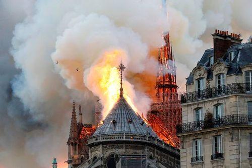 Hiện trường vụ cháy Nhà thờ Đức Bà Paris: Lửa bùng lên dữ dội, đỉnh tháp 850 năm tuổi sụp đổ - Ảnh 10