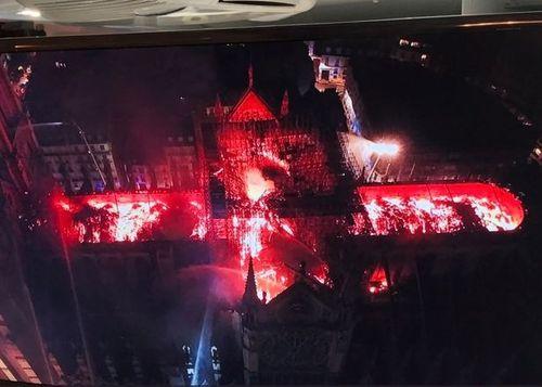 Hiện trường vụ cháy Nhà thờ Đức Bà Paris: Lửa bùng lên dữ dội, đỉnh tháp 850 năm tuổi sụp đổ - Ảnh 11