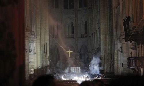 Những hình ảnh đầu tiên bên trong Nhà thờ Đức Bà Paris sau khi chìm trong biển lửa - Ảnh 1