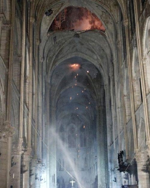 Những hình ảnh đầu tiên bên trong Nhà thờ Đức Bà Paris sau khi chìm trong biển lửa - Ảnh 3