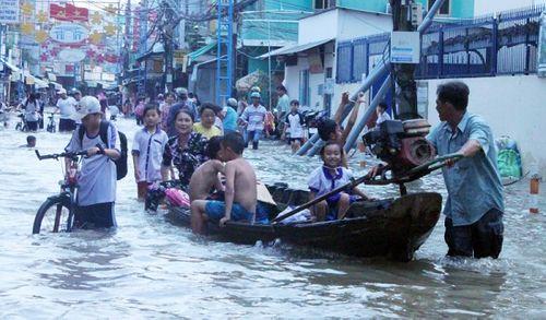 """Cận cảnh Cần Thơ mùa nước nổi, người và xe di chuyển trên """"sông"""" - Ảnh 8"""