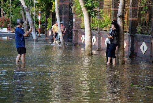 """Cận cảnh Cần Thơ mùa nước nổi, người và xe di chuyển trên """"sông"""" - Ảnh 11"""