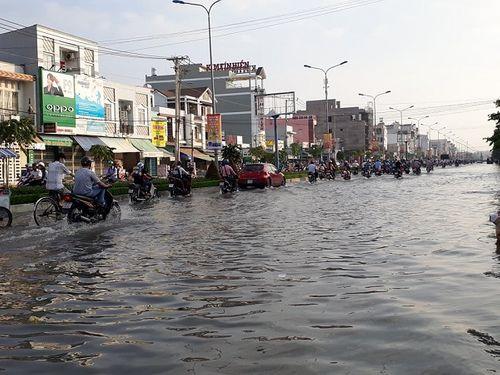 """Cận cảnh Cần Thơ mùa nước nổi, người và xe di chuyển trên """"sông"""" - Ảnh 2"""