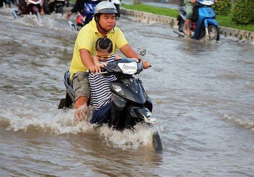 """Cận cảnh Cần Thơ mùa nước nổi, người và xe di chuyển trên """"sông"""" - Ảnh 5"""