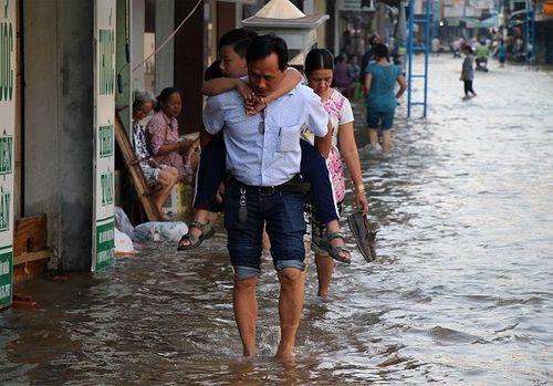 """Cận cảnh Cần Thơ mùa nước nổi, người và xe di chuyển trên """"sông"""" - Ảnh 6"""