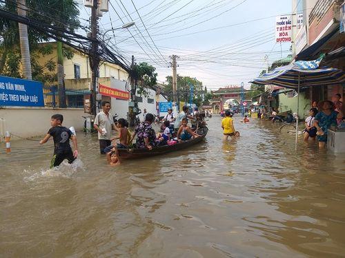 """Cận cảnh Cần Thơ mùa nước nổi, người và xe di chuyển trên """"sông"""" - Ảnh 7"""