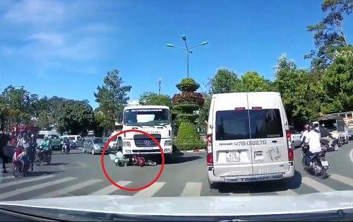 Clip: người đàn ông thoát chết thần kỳ dưới bánh xe bồn - Ảnh 1