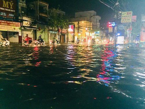 """Người Sài Gòn hì hụi đẩy xe, chật vật """"bơi"""" trong biển nước sau trận mưa lớn - Ảnh 1"""