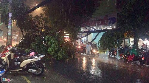 """Người Sài Gòn hì hụi đẩy xe, chật vật """"bơi"""" trong biển nước sau trận mưa lớn - Ảnh 11"""