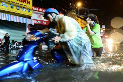 """Người Sài Gòn hì hụi đẩy xe, chật vật """"bơi"""" trong biển nước sau trận mưa lớn - Ảnh 3"""