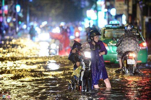 """Người Sài Gòn hì hụi đẩy xe, chật vật """"bơi"""" trong biển nước sau trận mưa lớn - Ảnh 4"""