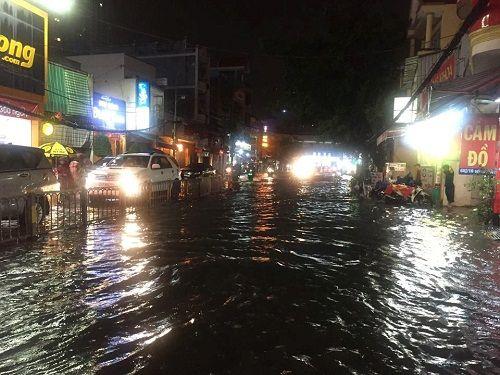 """Người Sài Gòn hì hụi đẩy xe, chật vật """"bơi"""" trong biển nước sau trận mưa lớn - Ảnh 5"""
