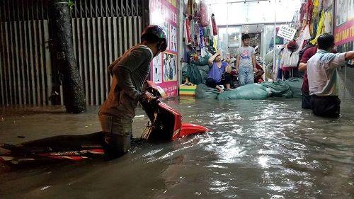 """Người Sài Gòn hì hụi đẩy xe, chật vật """"bơi"""" trong biển nước sau trận mưa lớn - Ảnh 6"""