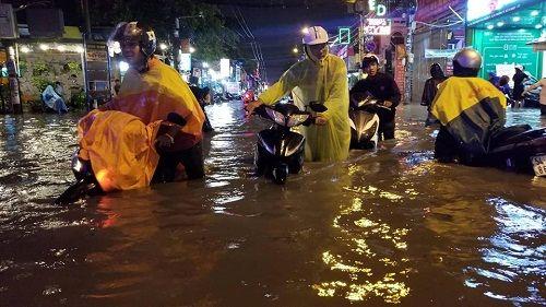 """Người Sài Gòn hì hụi đẩy xe, chật vật """"bơi"""" trong biển nước sau trận mưa lớn - Ảnh 7"""