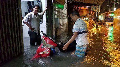 """Người Sài Gòn hì hụi đẩy xe, chật vật """"bơi"""" trong biển nước sau trận mưa lớn - Ảnh 9"""