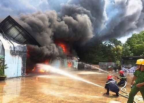 """Hơn 400 người chiến đấu với """"biển lửa"""" ở Bình Định - Ảnh 1"""