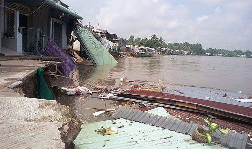 Cần Thơ: 5 căn nhà đổ xuống sông trong tích tắc do sạt lở - Ảnh 1