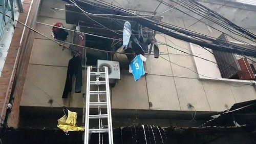 Sài Gòn: Chung cư bốc cháy dữ dội, mẹ già và con trai bị tai biến mắc kẹt - Ảnh 2