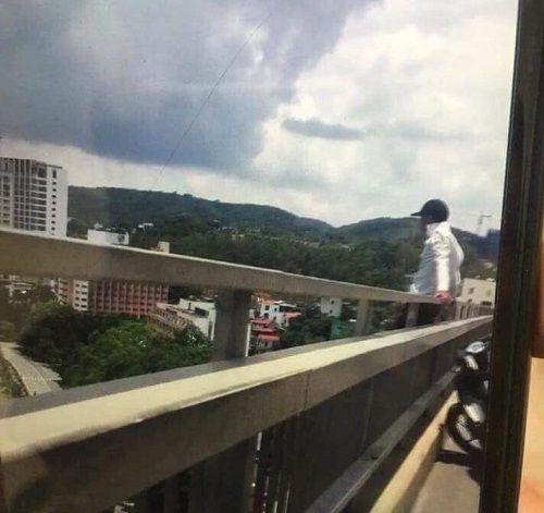 Video: Ngăn cản nam thanh niên nghĩ quẩn ngồi trên cầu Bãi Cháy đòi tự tử - Ảnh 1