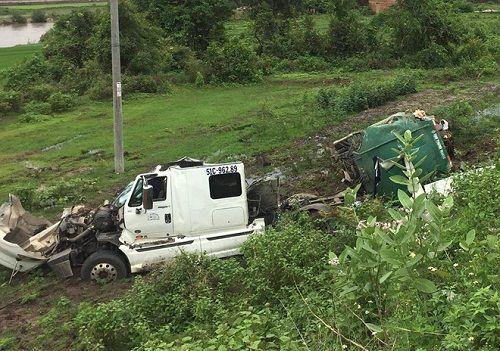 Tai nạn kinh hoàng: Xe bồn chở mật mía gãy đôi, 2 người nguy kịch ở Gia Lai - Ảnh 1