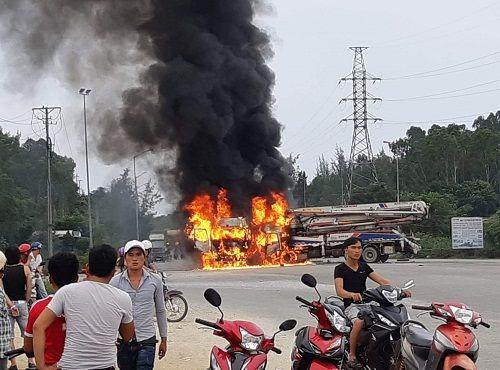 Sau va chạm kinh hoàng, xe chở gỗ dăm bốc cháy, 3 người bị thương - Ảnh 1