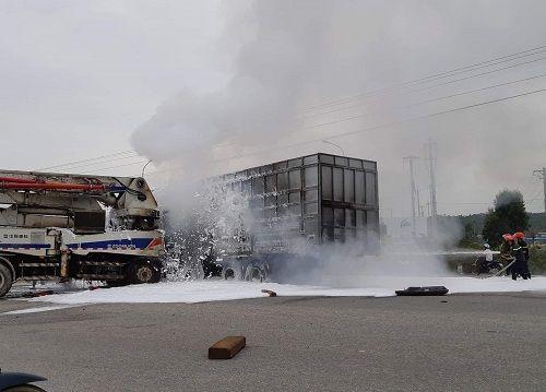 Sau va chạm kinh hoàng, xe chở gỗ dăm bốc cháy, 3 người bị thương - Ảnh 2